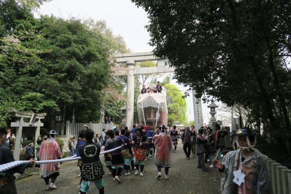 成石神社に入るところ