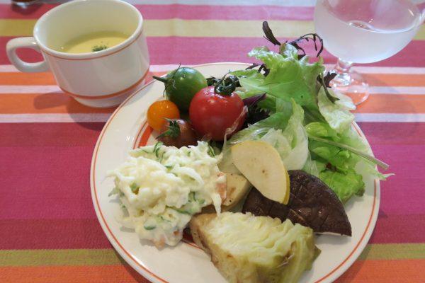 半田 ビストロ・クラシティ ランチメニューのサラダバー(お代わり自由)とカップスープ