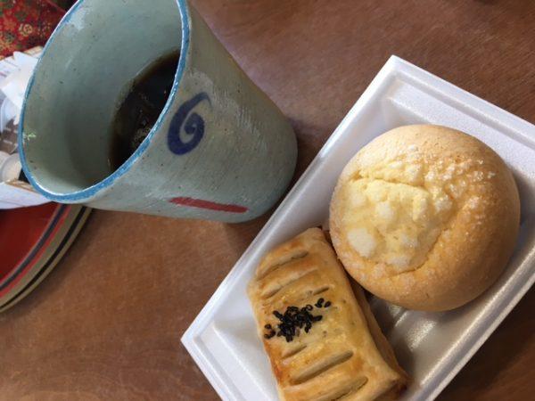 リキッドコーヒーの「冷珈」と「なちゅ」さんの焼き立てパン