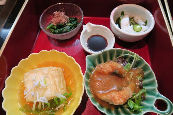 二の重:ほうれん草おひたし、魚から揚げカレーあんかけ、じゃこのせ揚げ出し豆腐、新わかめとイカの酢の物