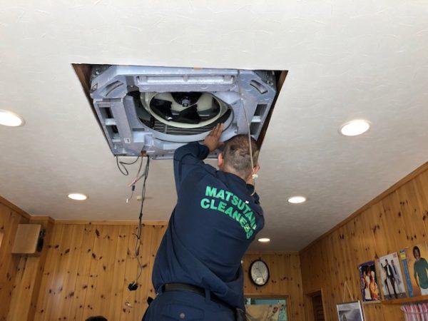 松谷クリーネスさん カセット型エアコンの掃除1