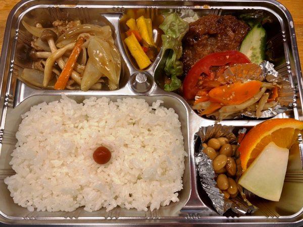 半田 一期屋 日替わり弁当(てりやきハンバーグ、新玉ねぎと豚肉のカレー炒め、五目煮豆、きんぴら、フルーツ)